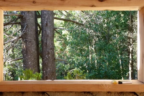 Colocación del marco de la ventana del comedor de la casa (enero 2014)