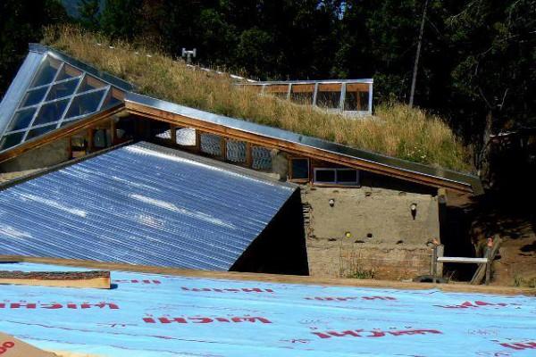 Techo vivo de la casa y techo de chapa del lado refugio (marzo 2016)
