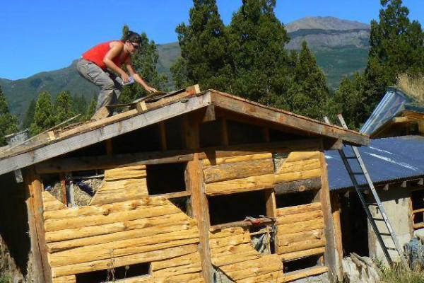 Cécile, pintora de primera, colocando la barrera de vapor en el techo del refugio (marzo 2016)