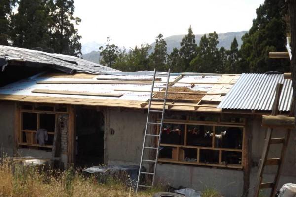 Techo del refugio en construcción. Barrera de vapor, viruta, chapas (diciembre 2015)