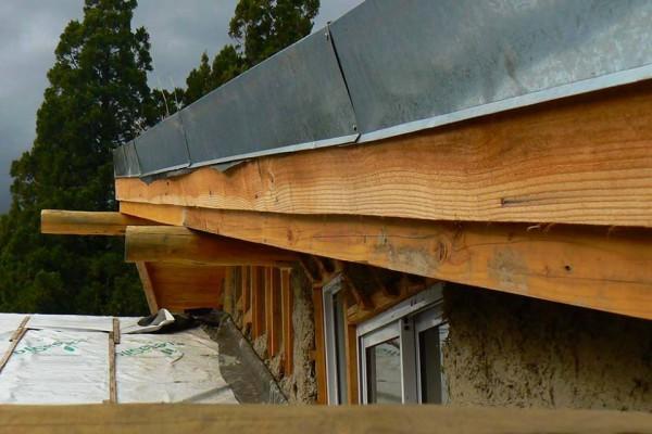 Zinguería sobre cenefa en el techo de la casa (julio 2014)