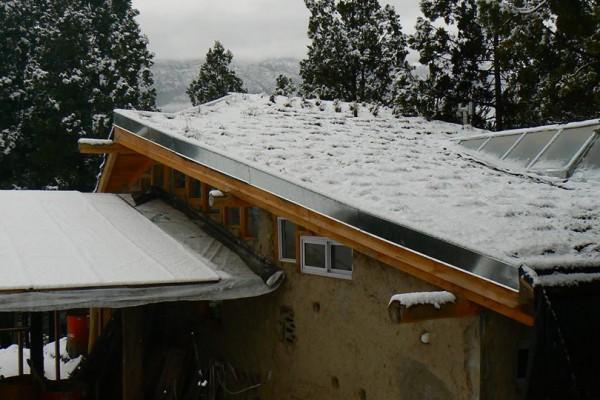 Techo de la casa bajo nieve, invierno 2014