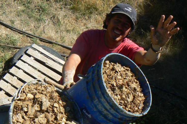 El amigo voluntario e imperdible Fernando subiendo mezcla al techo del refugio (marzo 2016)