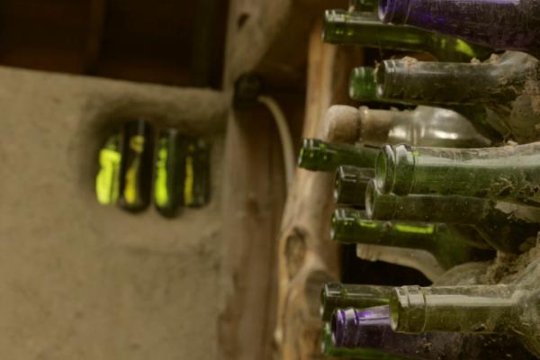 Pared de botellas en el baño del refugio (abril 2015)